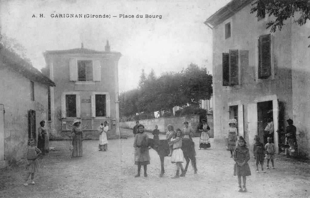 Place de l'église à Carignan-de-Bordeaux