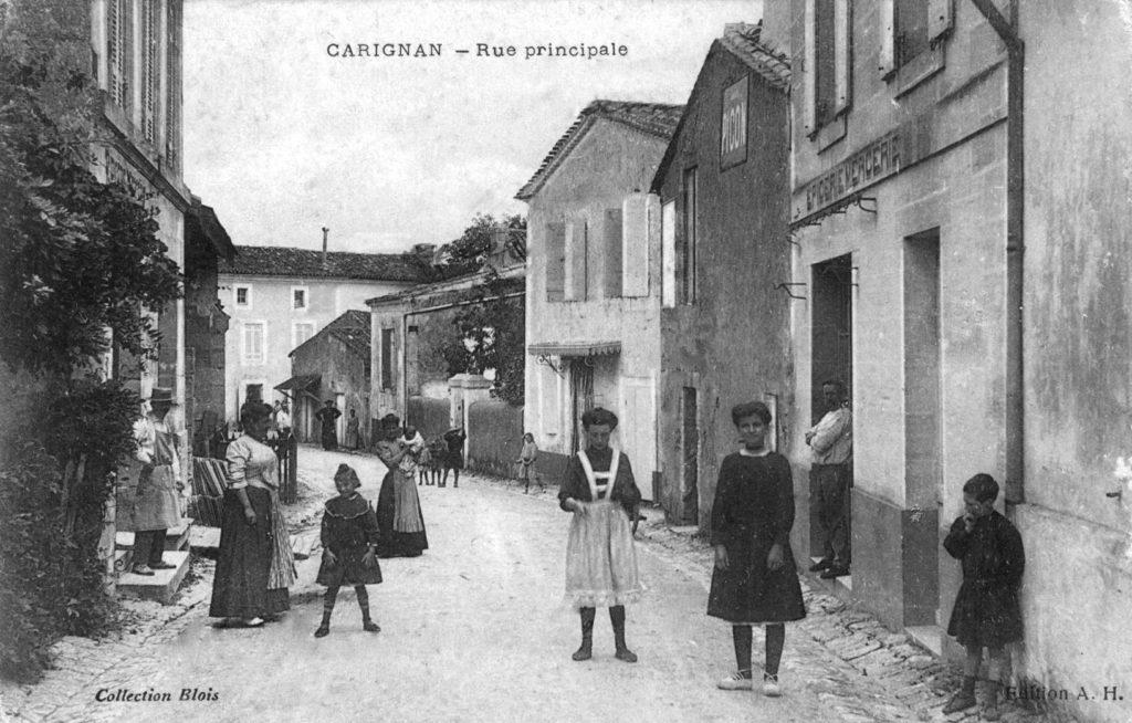 ancienne carte postale de la rue principale à Carignan-de-Bordeaux